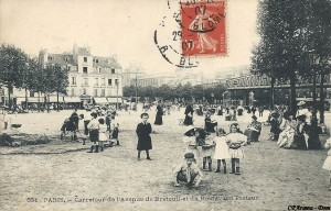 Des bambins du début du 20ème siècle jouant au bout de l'avenue de Breteuil, près du carrefour Sèvres-Lecourbe.