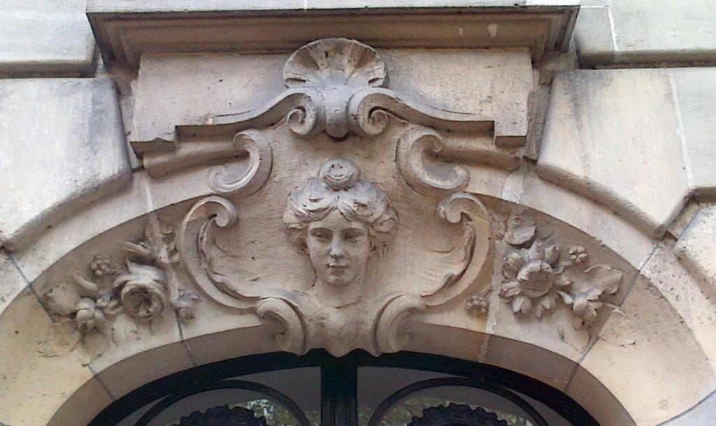 Une belle entrée d'immeuble... img-20130912-00226