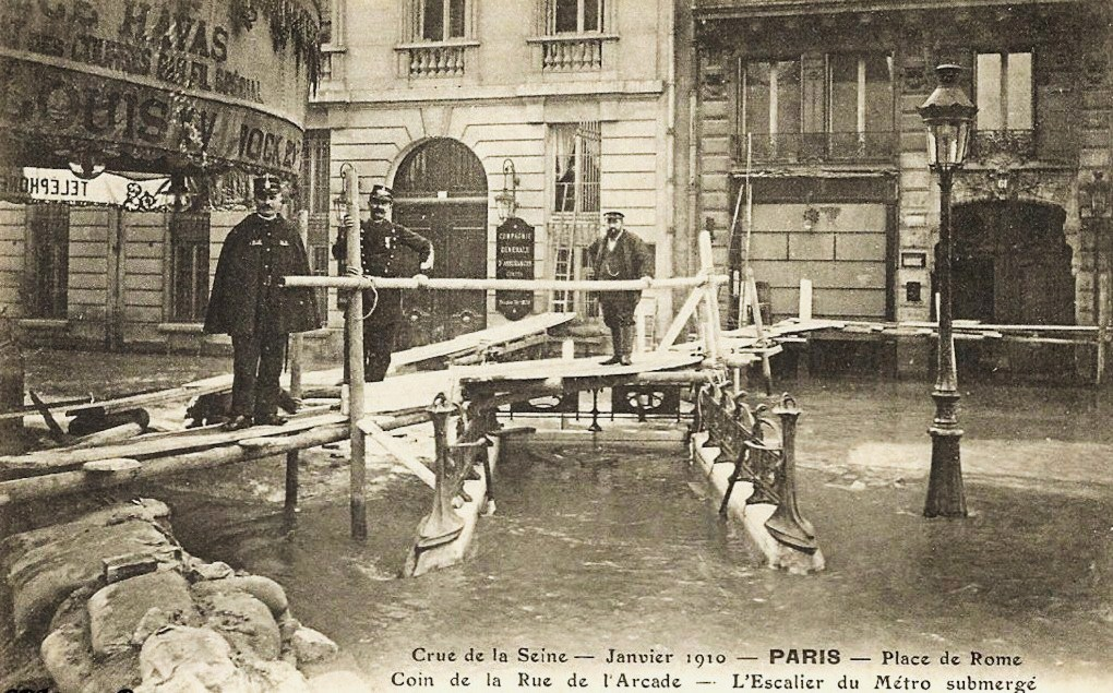 Une entrée du métropolitain, en janvier 1910... 1325750371-paris-metro-station-saint-lazare-21-dc-396